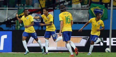 Douglas Costa (E) foi um dos destaques da partida / AFP PHOTO / Christophe Simon