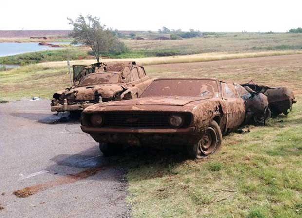 Carros são resgatados por mergulhadores em lago de Oklahoma, nos EUA (Foto: The Elk City Daily News, Larissa Graham/ AP)