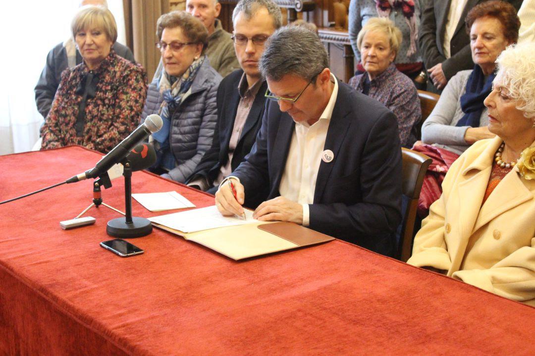 José Antonio Santano, alcalde de Irun, firma el convenio de la Residencia de Arbes arropado por personas que trabajan en la Comisión de trabajo de Personas Mayores y otros representantes políticos.