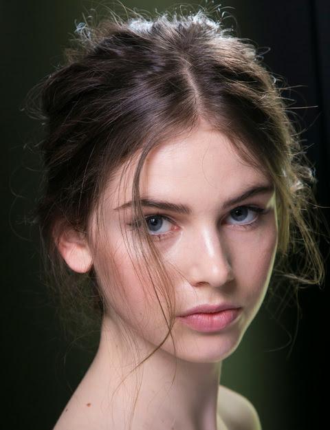Recogido 'messy' con mechones finos sobre la cara y cardado hacia la cononilla. Visto en el 'backstage' de Dolce & Gabbana.