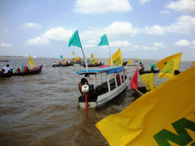 Bajaras (canoas) no bloqueio ao rio Amazonas. Foto: Ronilma Santos