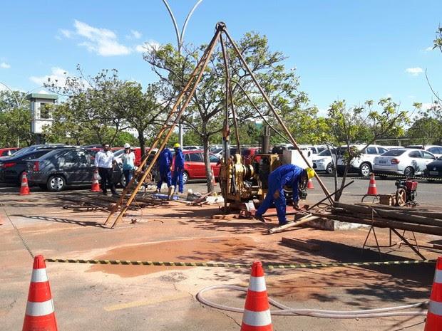 Operários dão início às sondagens no solo para a construção do anexo 4 (Foto: Fernanda Calgaro/G1)