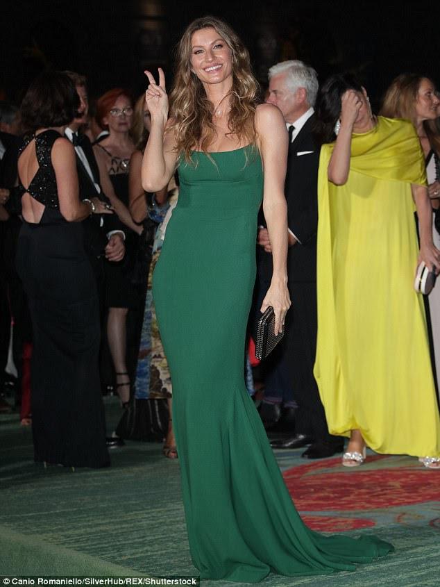 Parecendo incrível!  No sábado, Gisele Bundchen, 37, recebeu o prêmio Vogue Eco Laureate no Green Carpet Fashion Awards em Milão