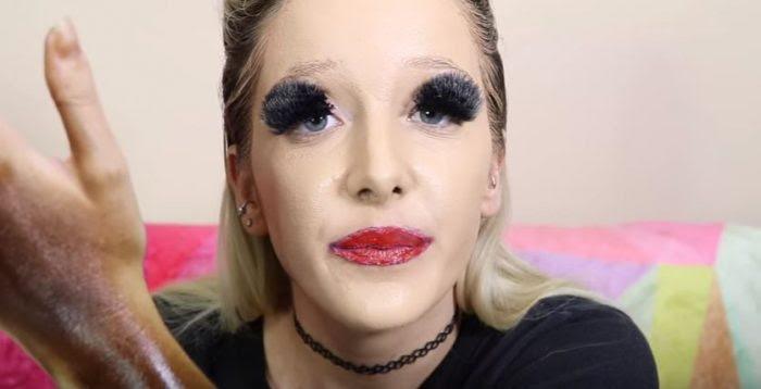 Девушка с ужасным макияжем