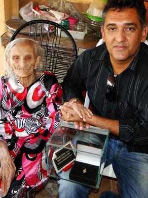 Ex-cangaceira Aristéia Soares de Lima, 98 anos, em sua casa, em Delmiro Gouveia (AL), com o pesquisador João de Sousa Lima (Foto: Arquivo Pessoal/João de Sousa Lima)