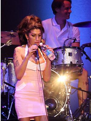 O público vibrava quando Amy bebia água, a única bebida que ela tomou (Foto: AP)