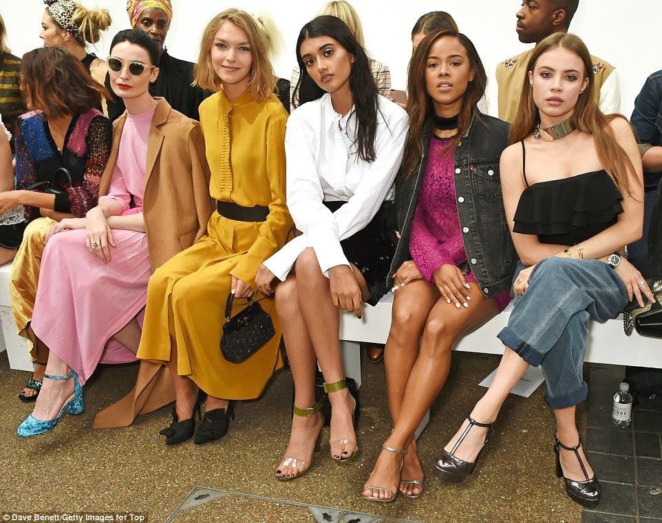 comportamento do modelo: (L a R) Hikari Yokoyama, Erin O'Connor, Arizona Muse, Neelam Gill, Serayah McNeill e Xenia Tchoumi