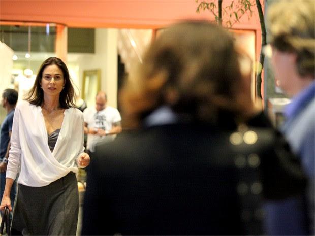 Úrsula flagra Maria Inês e Marcelo conversando (Foto: Carol Caminha/ Gshow)