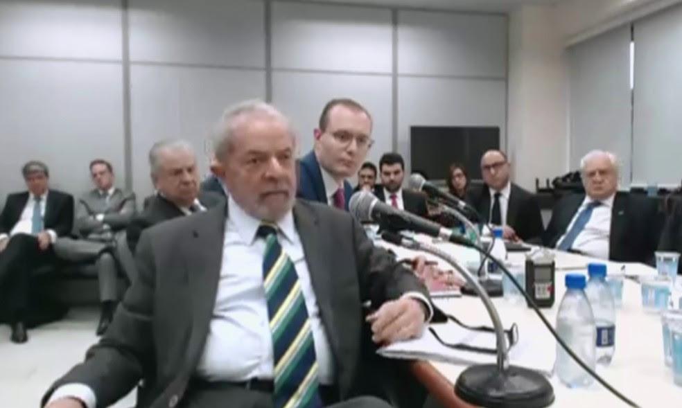 Lula e advogado durante depoimento ao juiz Sérgio Moro (Foto: Reprodução/GloboNews)