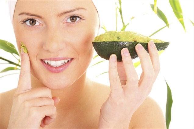 Máscara de abacate e uvas para reduzir a papada