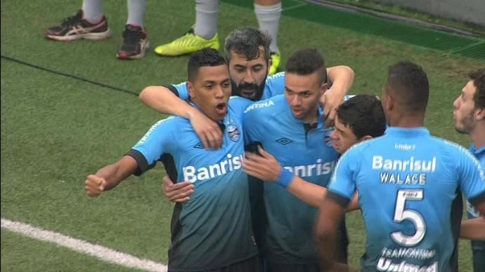 Jogadores comemoram Grêmio gol  (Foto: Reprodução/RBS TV)