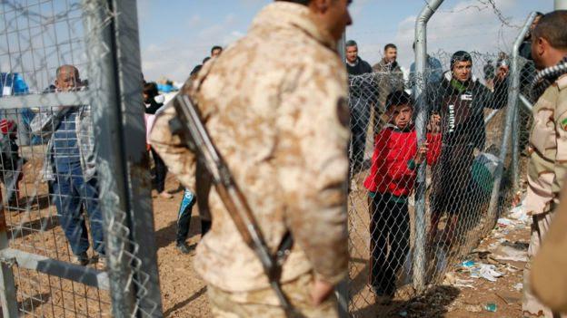 Militares e pessoas que fugiram de Mosul, no Iraque, no campo de refugiados Khazer