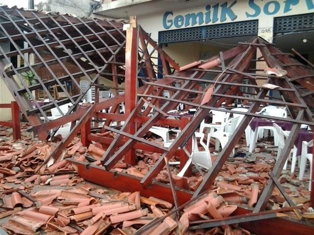 Estrutura caiu sobre mesas do restaurante em Rio Preto (Foto: Maurício Marques/TV TEM)