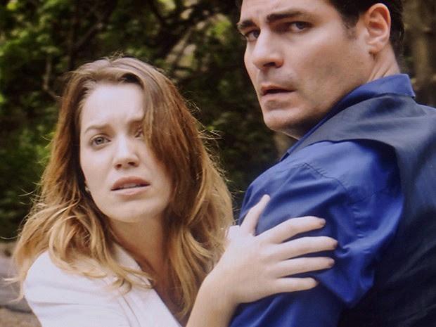 Laura tenta correr até o noivo, mas é impedida por Marcos (Foto: Gshow)