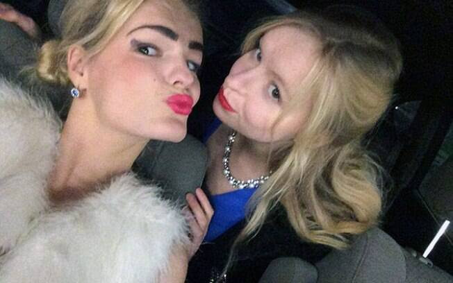 Elizaveta (direita) é acusada de ter ciúmes. A jovem copiava a cor do batom e do cabelo da irmã