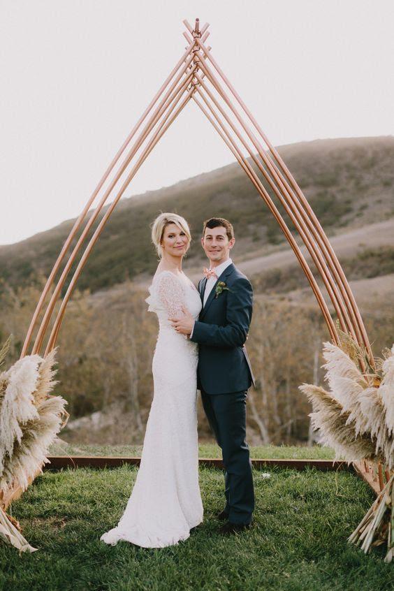 ungewöhnliche Kupfer-Hochzeit arch und pampas-gras um