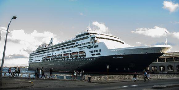 El buque Veendam, de la compañía estadounidense Carnival Corporation, arribó a la Terminal de Cruceros Sierra Maestra de La Habana. Foto: L Eduardo Domínguez/ Cubadebate.