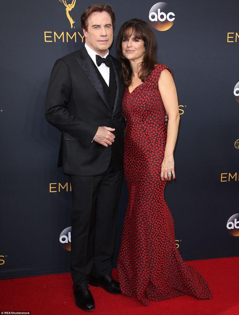 A lista de pares: John Travolta, que perdeu na Ator Coadjuvante em Série Limitada ou categoria de filme em sua co-estrela Sterling K. Brown, foi acompanhado pela esposa Kelly Preston
