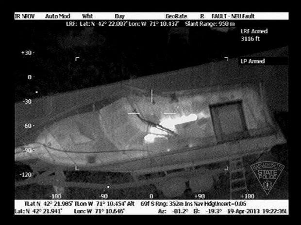 Esta imagem foi feita às 19h22, com câmera térmica, destaca o suspeito (Foto: Massachusetts State Police/AP)
