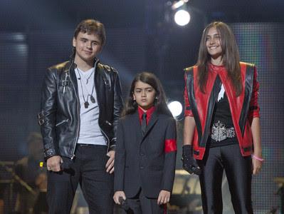 """Desde la izquierda, los hijos de Michael Jackson: Prince Jackson, Prince Michael II """"Blanket"""" Jackson y Paris Jackson a su llegada al Millennium Stadium"""