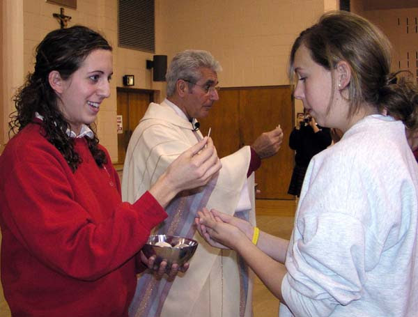 'Ministro eucarística' mujer dando la 'Comunión' en la mano