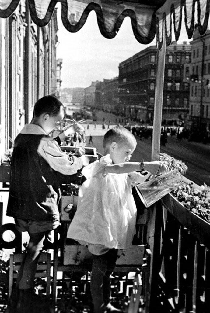 Дети Г.Сухарев и Т.Хабаева поливают овощи на балконе детского дома Куйбышевского района по проспекту Володарского.  1942 г. Ленинград.