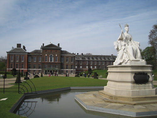 Kensington Palace, statue of young Queen Victoria