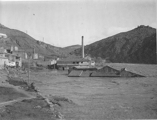 Edificios fabriles a las orillas del Tajo en Toledo durante una crecida. Fotografía de D. Pedro Román Martínez hacia 1920