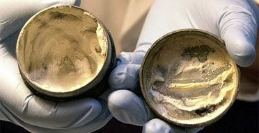 Ρωμαϊκό δοχείο που περιέχει 2.000 ετών κρέμας ή αλοιφής, πλήρης, με τα δακτυλικά αποτυπώματα