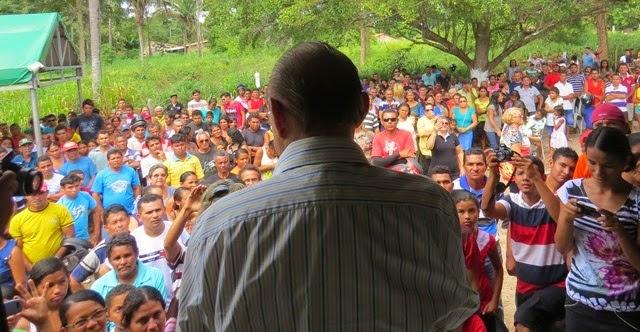 João Alberto discursando para população em busca de apoio apenas para o filho