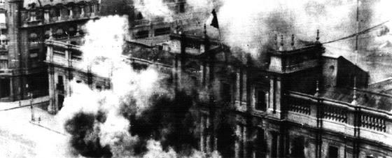 Bombardeo del Palacio de la Moneda, sede de la Presidencia de Gobierno, el 11 de septiembre de 1973. Imagen enlazada en el diario El País