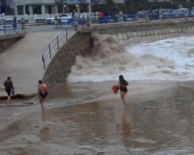 Mulher 'fez graça' diante de onda imensa que se aproximava da praia de Sardinero, na Espanha (Foto: Reprodução/Live Leak/Oneirishman)
