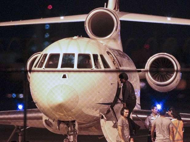 Presidente boliviano é visto fora do avião presidencial em Fortaleza  Foto: Reuters