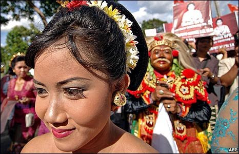 Balinese wear traditional costume on the first day of campaigning for the general election