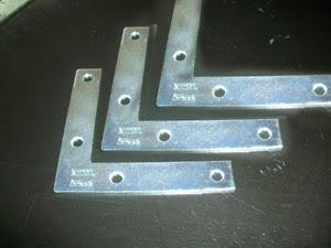 tres figuras metalicas en forma de triangulo para hacer el soporte