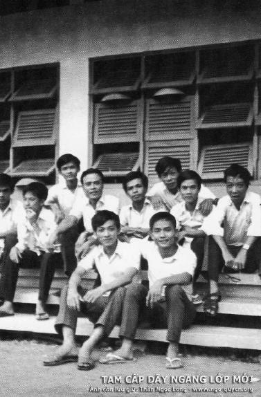 Thầy Nguyễn Văn Lục (tác giả) và các nam sinh trường Trung Học Ngô Quyền. Nguồn: ngo-quyen.org