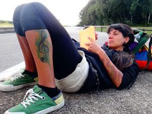 Aline na estrada, com sua mochila (Foto: Aline Campbell/Arquivo pessoal)