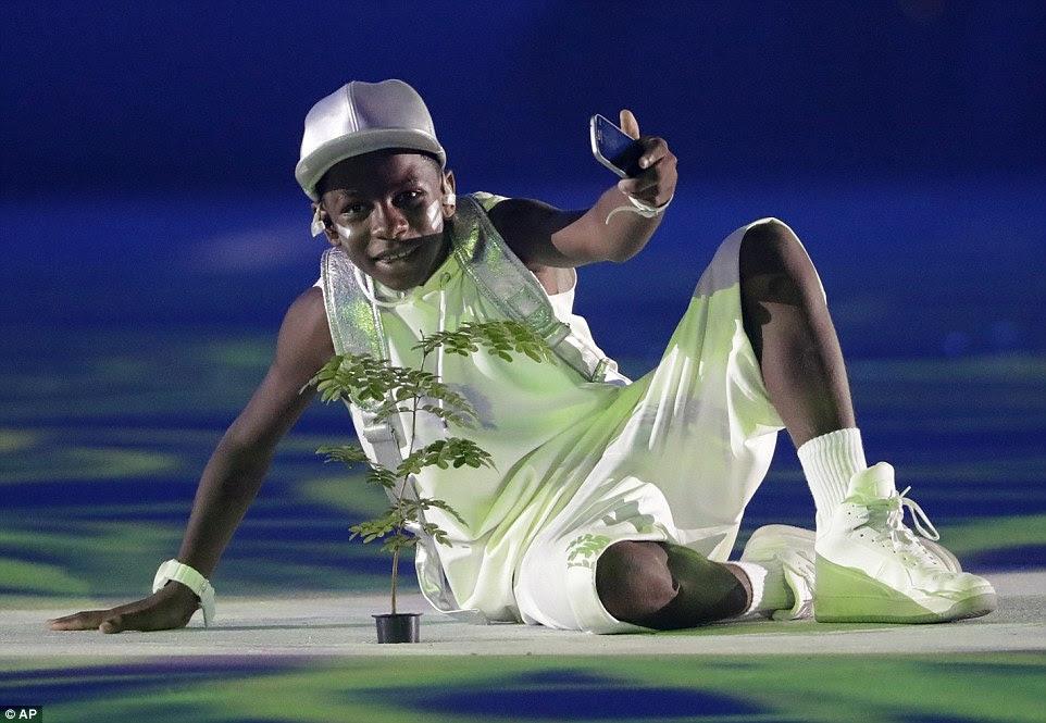 As celebridades também estavam fora no evento incluindo rapper brasileiro de 12 anos de idade, MC Soffia que executou