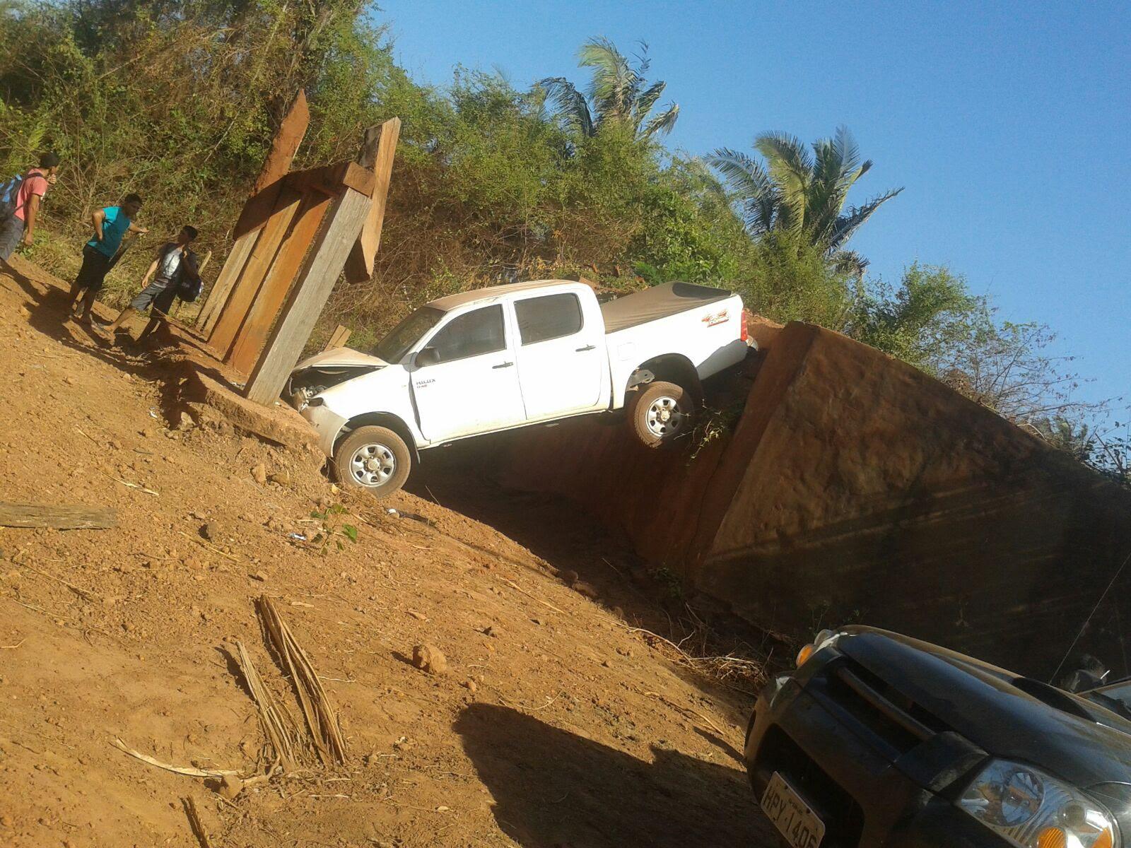 Prefeito despencou com veículo por pensar que havia ponte