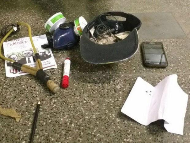 Estilingue e outros objetos apreendidos com jovens antes de ato (Foto: Divulgação/SSP)