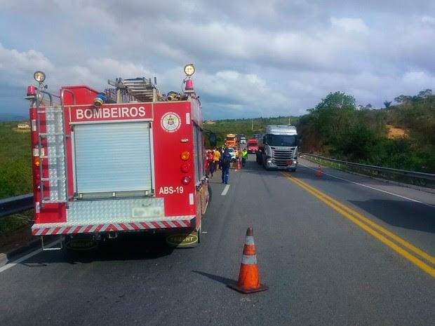 Acidente na BR-101, em Mucuri, na Bahia (Foto: Corpo de Bombeiros/ Divulgação)