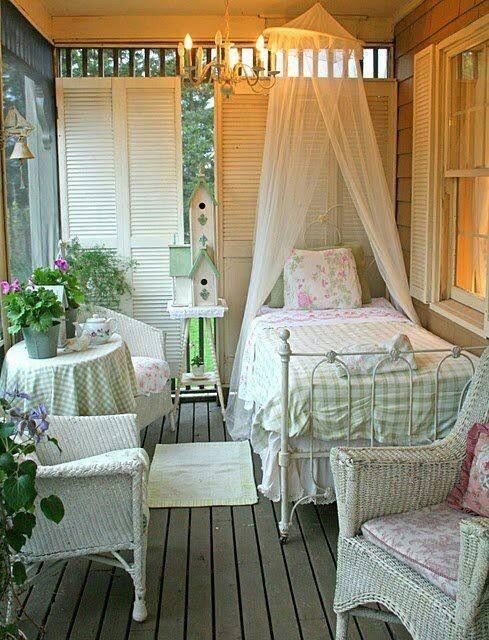 Lovely sleeping porch (gingham & shabby chic)! | Cottage Shabby Decor…