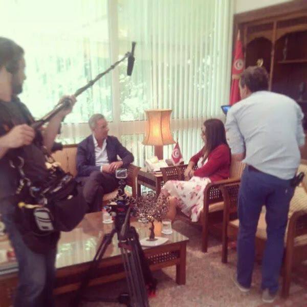 Le journaliste de M6 interviewant Amel Karboul. Photo prise par le photographe attitré de Marzouki et militant du CPR, Wassim Ghozlani.