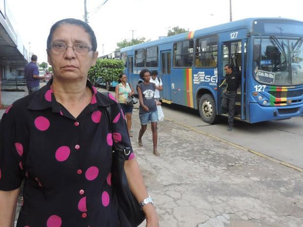 'Quer fazer greve? Não tira o ônibus da garagem!', disse Cosma Almeida, indignada por ter que descer do veículo (Foto: Katherine Coutinho/G1)