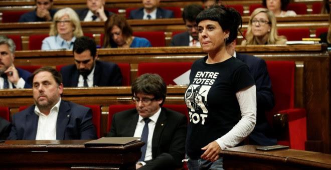 La diputada de la CUP Anna Gabriel junto al president catalán, Carles Puigdemont, y al vicepresidente del Govern y líder de ERC, Oriol Junqueras, en el Pleno del Parlament.. REUTERS/Albert Gea