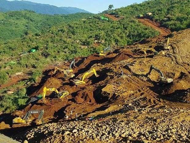 Equipes de resgate trabalham em área de deslizamento de terra (Foto: AFP Photo)