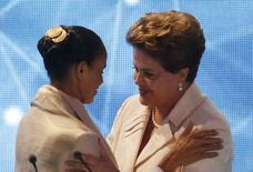 As candidatas à Presidência Dilma Rousseff e Marina Silva se cumprimentam em debate da TV  Bandeirantes em 26 de agosto.         REUTERS/Paulo Whitaker