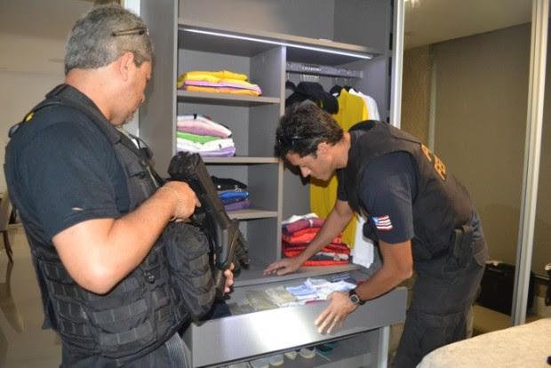 Policiais vistoriam apartamento de empresário