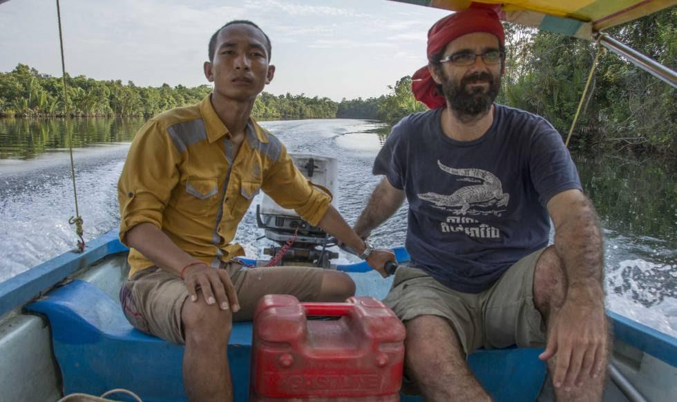 San Mala (izquierda) y Alejandro González Davidson (derecha) navegan en un barco por el valle de Areng.
