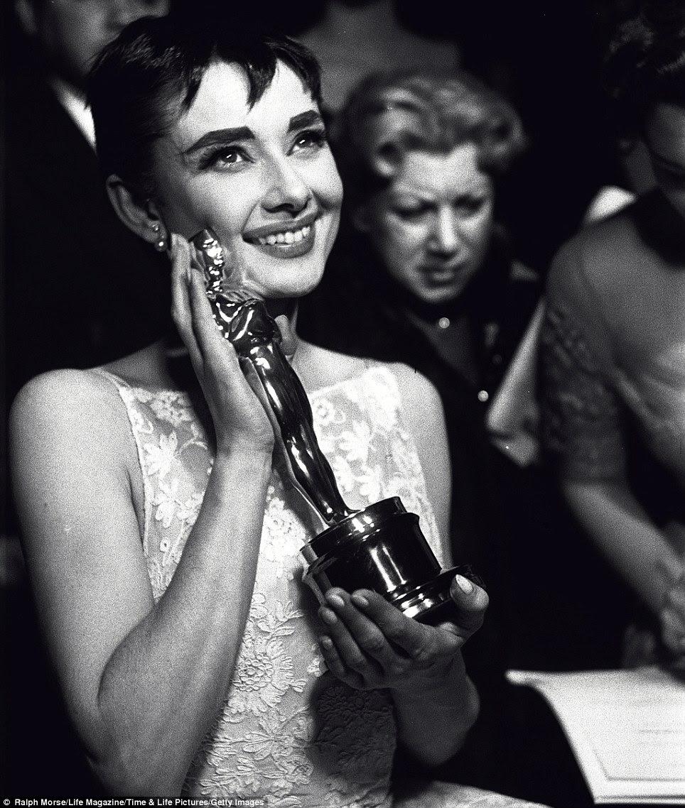Melhor do que caixa de Tiffany: feixes de Audrey Hepburn e embreagens seu Oscar de melhor atriz na cerimônia em Hollywood, 1953, após seu desempenho em Roman Holiday